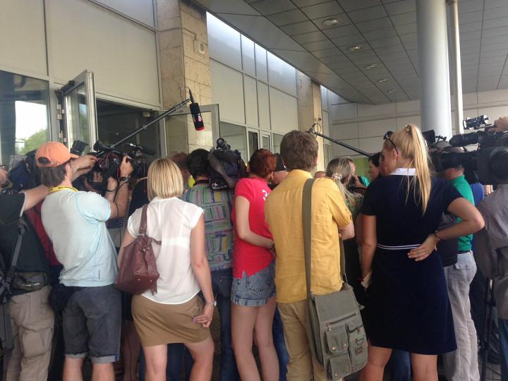 Наш корреспондент Даша Артемьева сообщила, что журналистов попросили выйти из приемного отделения и ждать снаружи