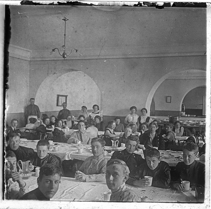 Учащиеся художественного училища в столовой