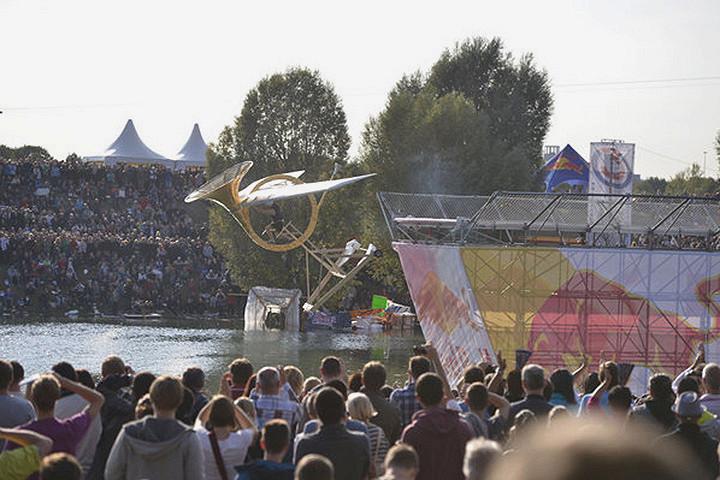 Весьма оригинальный горн отправила в полет в Вене команда музыкантов. Он пролетел почти 14 метров — увы, для попадания в тройку призеров этого не хватило