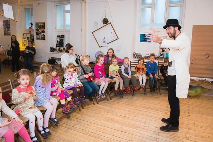 Фрагмент спектакля детского театра «Снарк», резидентов «Открытой сцены», в одной из студий на Поварской.