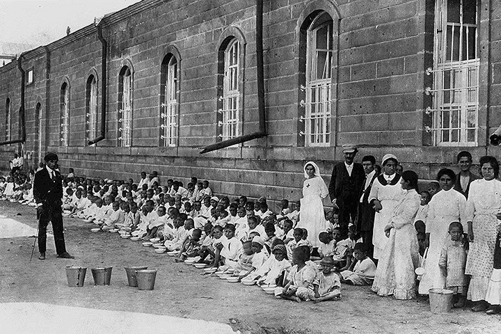 Армянские беженцы ждут депортации на улицах Малатайи. Почти все они были убиты в 1918-м году