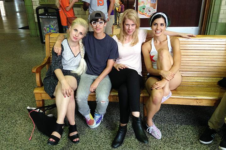 С Джоанной Фэйтман и Джей Ди Самсон из группы Le Tigre на вокзале Балтимора после съемок