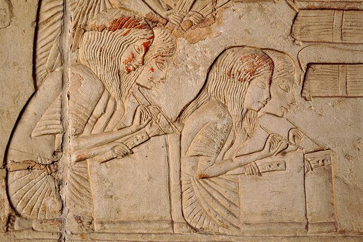 Писцы за работой. Рельеф из гробницы военачальника Хоремхеба в Саккаре. XIV век до н.э.