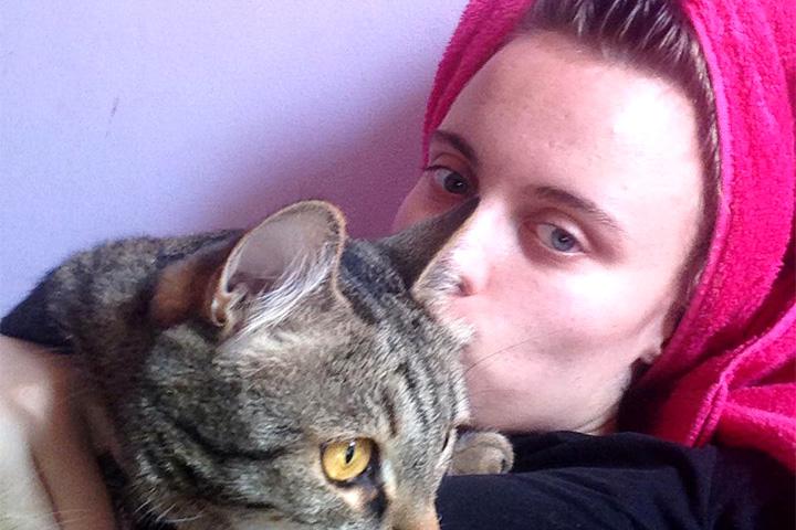 Воскресенье, 17.54. Анна Леушина говорит, что она с котом Адольфием отмокает, ждет бойфренда и идет на второй заход, как и большинство опрошенных творческих бездельников