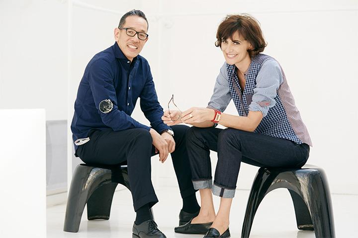 Наоки Такидзава и Инес де Ла Фрессанж радостно позируют для промо очередной совместной коллекции. Такидзава — дизайн-директор Uniqlo
