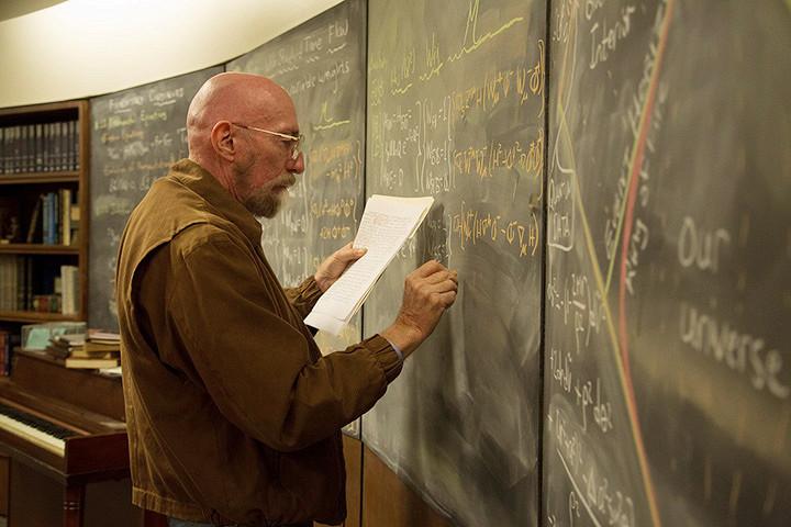 Кип Торн работает над уравнениями для фильма