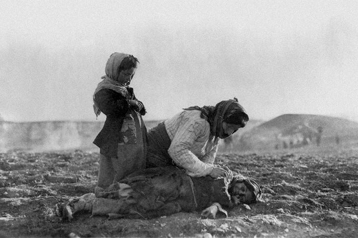 Армянка стоит на коленях перед убитым ребенком. Фотография сделана поблизости от сирийского Алеппо, точная дата неизвестна