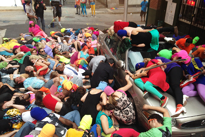 Концерт Pussy Riot, по сценарию — возле гей-бара рядом с Белым домом, на самом деле это в центре Балтимора