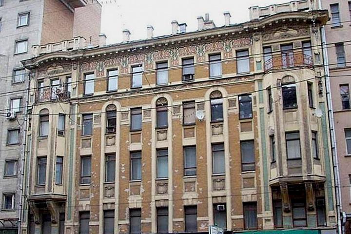 Доходный дом Прошиных был построен в 1905 году и являлся ярким представителем московского модерна. Девелопер собирался сохранить фасад, но надстроить его двумя этажами