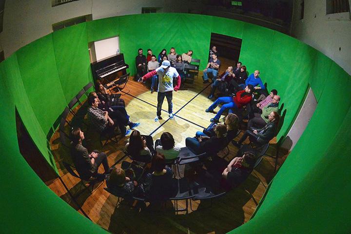 Последняя премьера «Открытой сцены» — спектакль «Американская обезьяна» Дениса Хусниярова