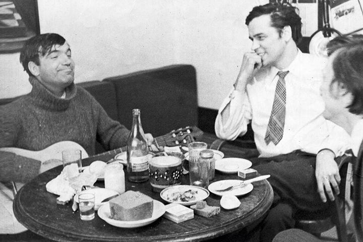 Геннадий Шпаликов (крайний слева) напишет два ключевых для шестидесятых сценария — к «Заставе Ильича» и «Я шагаю по Москве» и снимет один-единственный фильм — «Долгая счастливая жизнь». В семидесятые почти ничего ему делать уже не давали.