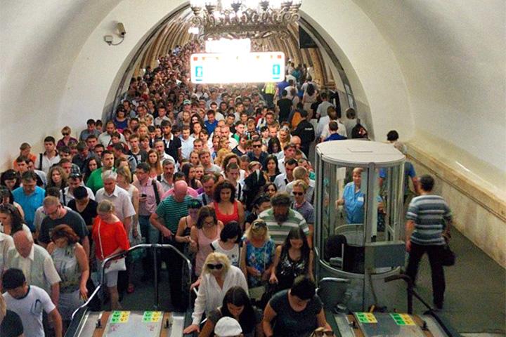«На «Киевской» огромные толпы, рядом в телевизоре крутят «Москву 24» с кадрами с места ЧП»
