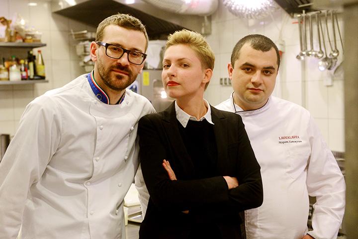 Шеф-повара Дмитрий Граченко и Марат Хатмуллин. Между ними — журналистка Ника Махлина