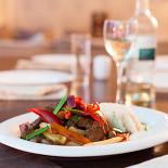 Ресторан Lima - фотография 3 - Ломо сальтадо - обжаренная говяжья вырезка с овощами, картофелем фри и рисом.