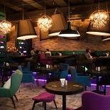 Ресторан Montis' Friends - фотография 2 - MONTIS'friends bar. Подиум с диванами и удобными большими креслами.
