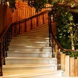 Ресторан Елки-палки - фотография 4 - Лестница на второй этаж