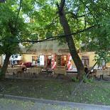 Ресторан Wayne's - фотография 4 - Летняя веранда во дворе.