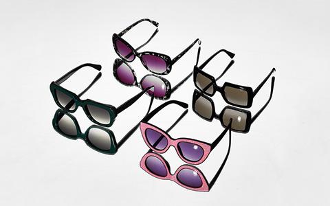 Солнцезащитные очки в массивной оправе