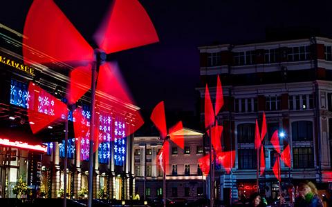 Как украсили город к Новому году: фламинго, олени и ветряные мельницы