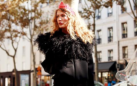 Красивые люди на Неделе моды в Париже рассуждают о санкциях
