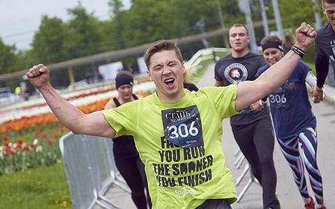«Стань человеком»: как москвичи участвуют в экстремальных забегах Reebok