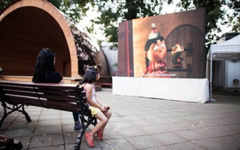 Сад Баумана, «Полет», «Стрелка» и другие места, где показывают кино под открытым небом