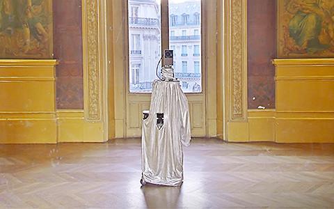 Призрак в музее: как камера Google делает случайные селфи в странных местах
