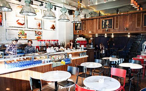 Нью-йоркская кофейня с большим выбором десертов