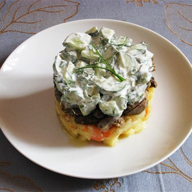 Рецепт Теплый салат измясного ассорти сосвежей зеленью