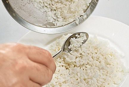 Фото приготовления рецепта: Оякодон (японский омлет с рисом и курицей) - шаг 7