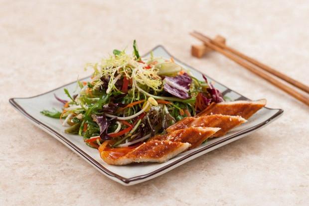 Фото к рецепту: Микс салат с водорослями чука и жареным угрем унаги